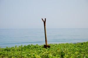 海を背景にしたスコップ