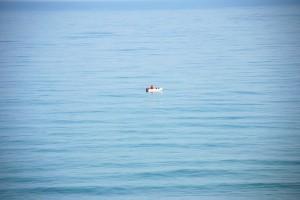 穏やかな海に釣り船