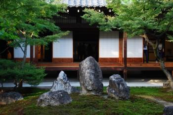 庭石を見る